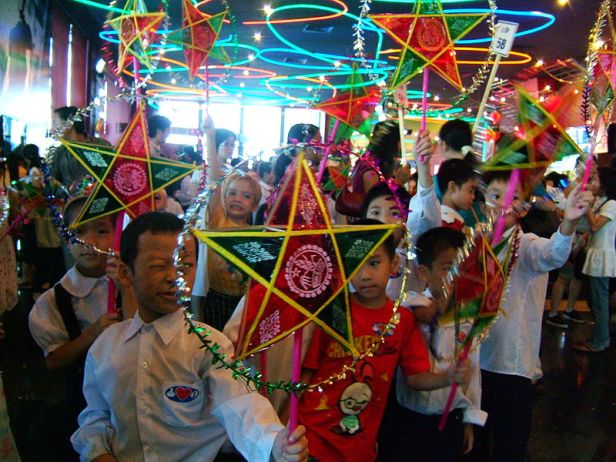 Thanks to Viethavvh for the photo and good guys at Wikipedia - Photo: Mid - Autumn Festival, date unknown, photographer: Viethavvh, This image ( or here ) is converted into public by its author , Viethavvh in projects Vietnamese Wikipedia. This value worldwide. http://vi.wikipedia.org/wiki/Th%C3%A0nh_vi%C3%AAn:Viethavvh