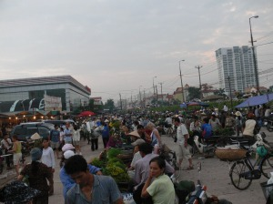 6am and its still going strong, but most sold already. Now time to get a bargain as they want to sell off what they have left. Photo 2007 at Hanoi's Flower Market / Cho Quảng An.